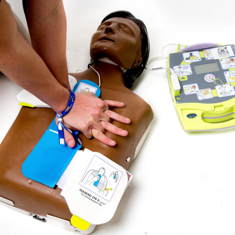 Defibrylator i szkolenia z I pomocy przedmedycznej uczniów